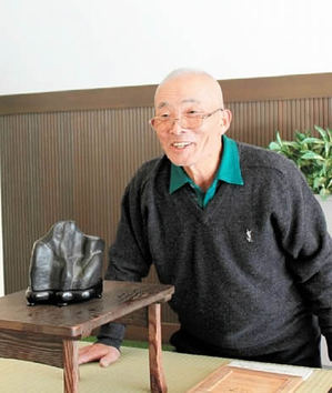 Murashita talks about the charm of suiseki in Takamatsu City Konan Museum of History and Folklore.