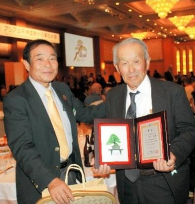 Yano and Hiramatsu are delighted about the award in ASPAC Takamatsu on November 21, 2011.
