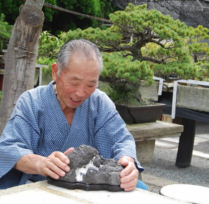 Endo enjoys the beauty of famous Takiishi in Takamatsu's Nishikasuga town.
