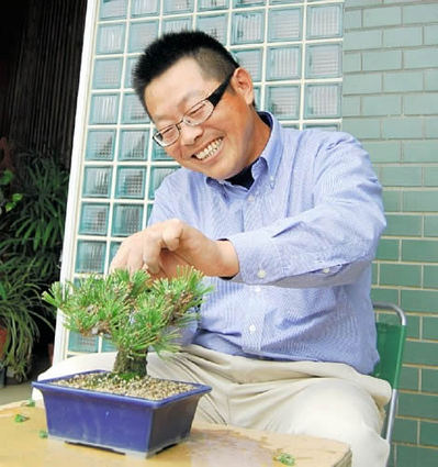 Kazuto Omatsu cuts the buds of Nishikimatsu grown by cutting in Omatsu Kinshoen bonsai garden in Ayagawa town.