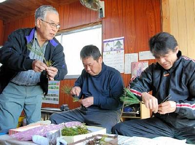 綾田正さん(左)から接ぎ木の技術を教わる綾田正人さん(中)と平松浩二さん(右)