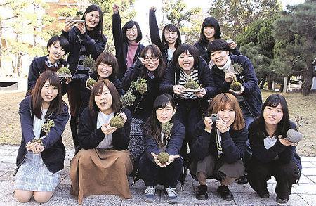 香川大の女子学生でつくる「盆栽ガールズプロジェクト」のメンバー