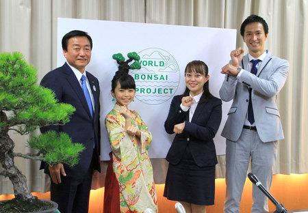 松盆栽のPRに向けて意気込む大里さん(左から2人目)、秋山さん(右端)、香西監督=高松市役所