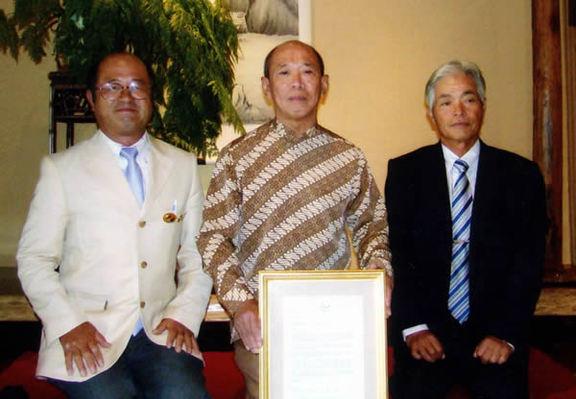 高松市長の親書をパイマン氏(中央)に手渡した小西委員長(右)と山地副委員長
