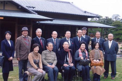 準備委員会のメンバーと新居浜市内の盆栽園を視察したパイマン氏(前列中央)