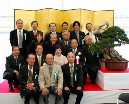 県内の盆栽関係者と岩崎夫妻
