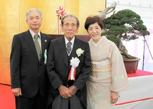 岩崎夫妻と小西委員長(左)=愛媛県新居浜市、高砂庵