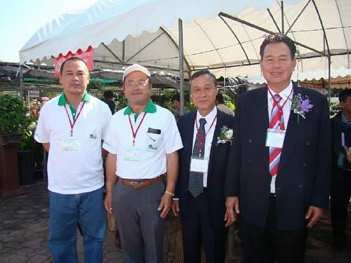 中西さん、山地さん(左から)とタイ盆栽協会のビシット会長(右端)