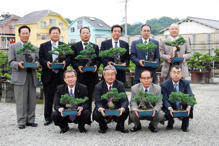「マイ盆栽」を持って記念撮影