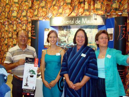 フランスのモリブリエ盆栽展を訪れた山地さん(左端)