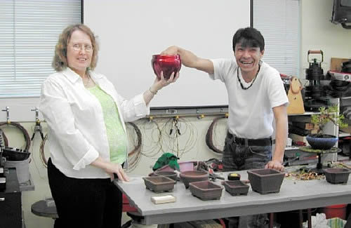 ハンセンさんの妻キャンディーさん(左)と平松さん