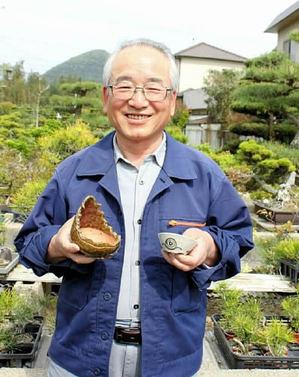 自作の鉢を持つ川北さん