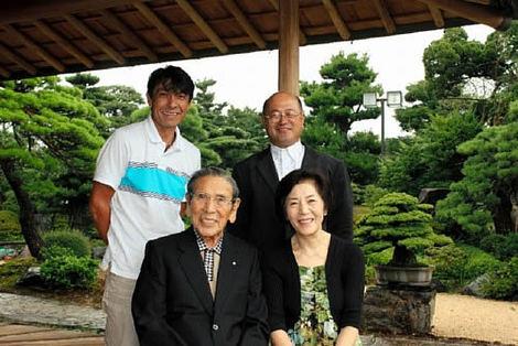 岩崎夫妻(前列)と平松さん、山地さん(後列左から)