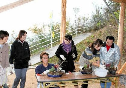 自分だけの寄せ植え作りを楽しむ参加者