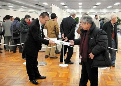 国風展会場でPRする中西さん(左)