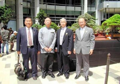 蘆、パイマン、小西、山地の各氏(左から)=インドネシア・ジャカルタの盆栽展会場