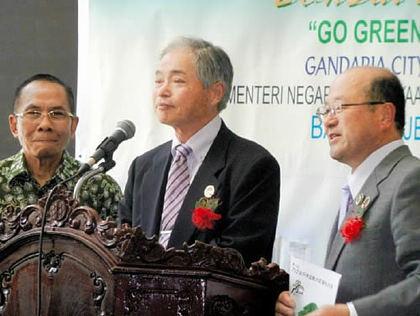 盆栽展の開会式であいさつする小西さん(中央)と山地さん(右)