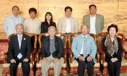 中国北京での事前協議=前列左から小西委員長、甘会長、パイマン夫妻