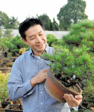 寄せ植えの材料を吟味する松田さん