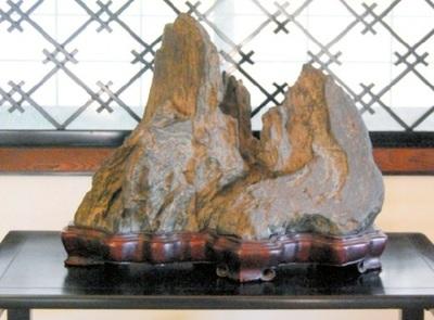 「森羅万象」の銘がある佐治川石など水石も展示されている