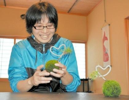 黒松でハート形の苔玉を作る花澤美智子さん